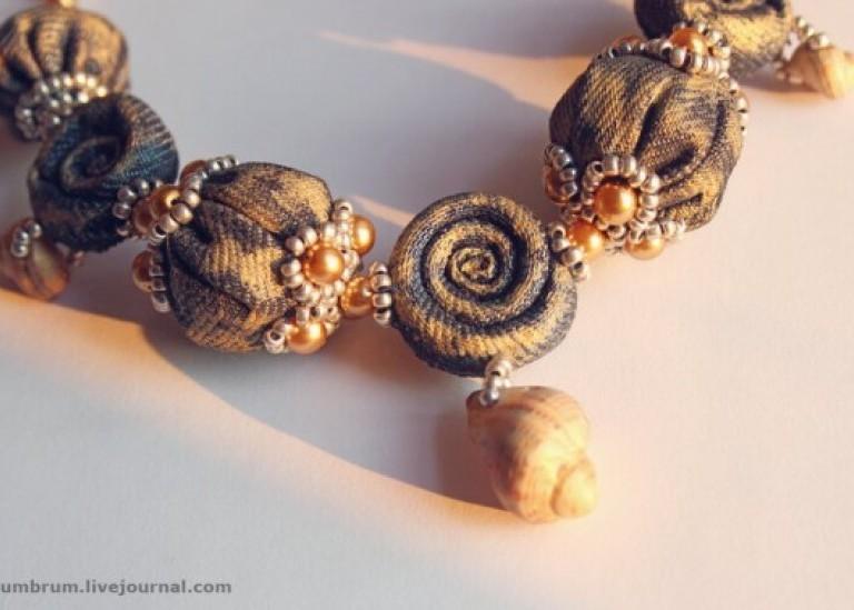 Ожерелье из обрезков джинсы, ракушек, бисера и бусин