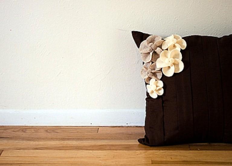 Цветочный декор для диванной подушки