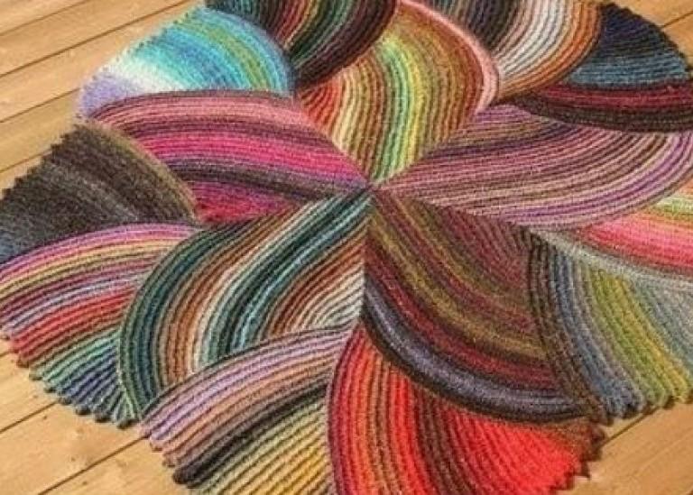 Очень красивый и стильный коврик, связанный спицами